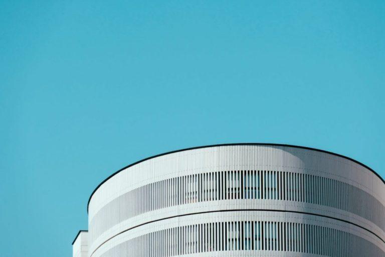 Edificio blanco con celosía | MURALIT