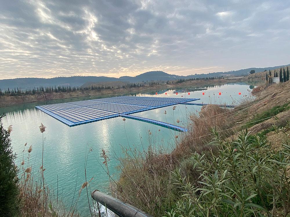 Balsa-de-riego-natural-con-planta-fotovoltaica-web